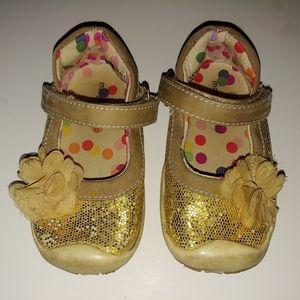 ❤️2/$20 Gold Morgan & Milo shoes, size 6